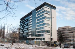 """Budynek G-330 był kiedyś siedzibą władz Stoczni Gdynia. Z racji tego, że jak mówili stoczniowcy siedzą tam """"grube ryby"""", budynek nazywany był wśród nich """"Akwarium""""."""