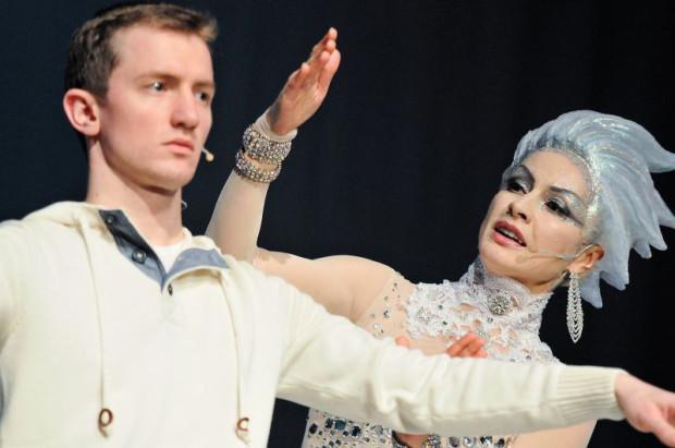 """""""Królowa Śniegu"""" Teatru Miejskiego w Gdyni skierowana jest do dzieci w wieku 6-10 lat. Dla starszych może być zbyt naiwna, młodsze mogą mieć kłopot, by wytrzymać 75 minut bez przerwy."""