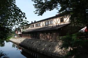 Dobra lokalizacja restauracji położonej nad historycznym kanałem Raduni, bezpośrednio przy szlaku bursztynowym, czyni to miejsce szczególnie atrakcyjnym i wyjątkowym.