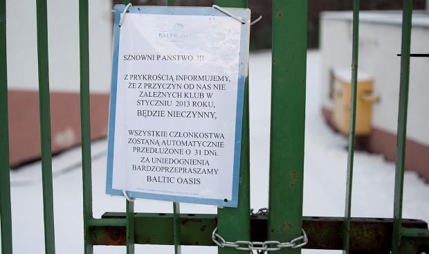 Chociaż mamy już połowę lutego, nieaktualna informacja nadal wisi na zamkniętej bramie przed Baltic Oasis.