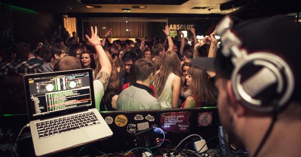 Klub Czekolada oferuje klubowy miks muzyczny, w którym każdy znajdzie coś dla siebie.