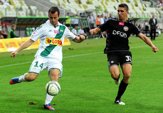 W Warszawie wszystko było niemal jak w pierwszym meczu 2012 roku na wyjeździe z Cracovią. Lechia prowadziła 1:0 po golu Piotra Wiśniewskiego, by zakończyć grę remisem. Na zdjęciu gdańskiego snajpera próbuje powstrzymać Adam Pazio.
