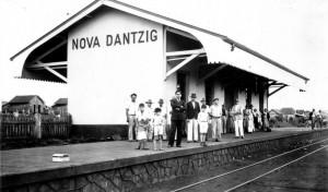 """Stacja kolejowa w Nowym Gdańsku została otwarta w 1935 r. Do nazwy podchodzono jednak dość swobodnie, używając wymiennie słów """"Dantzig"""" i """"Danzig""""."""