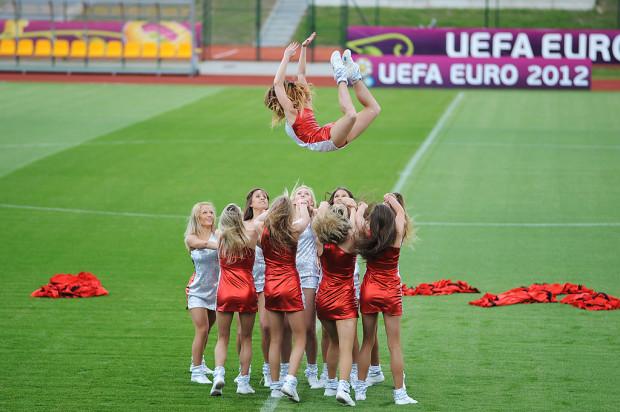 Gdyński cheerleaderki nie ograniczały się w swej działalności tylko do koszykarskich parkietów. W kilka miesięcy po rozstaniu z zespołem koszykarskich mistrzów Polski zostały oficjalną grupą piłkarskiej reprezentacji kraju.