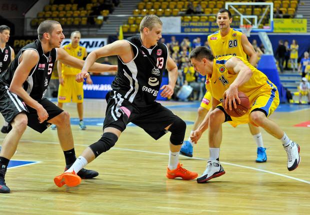 Asseco Prokom Gdynia pokonał Energę Czarnych Słupsk. Na zdjęciu Mateusz Ponitka (z piłką) i Mateusz Kostrzewski.