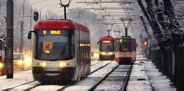 Ruch tramwajów tamują m.in. sygnalizatory na przejściach dla pieszych, których i tak nie przestrzegają piesi m.in. na przystanku Chodowieckiego w tle zdjęcia.