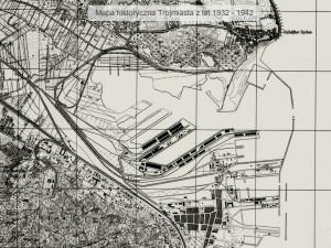 Baseny portowo-stoczniowe na południe od Obłuża nie były jeszcze ukształtowane w dzisiejszym, wcinającym się w ląd daleko w kierunku zachodnim kształcie.