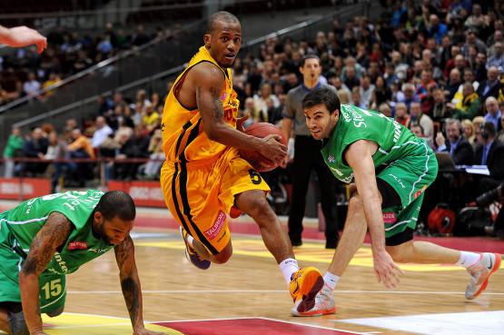 Początek II etapu TBL jest dla koszykarzy Trefla niesamowicie udany. Po wyjazdowych zwycięstwach w Zgorzelcu i Gdyni, sopocianie z łupem w postaci 2 punktów wyjeżdżają również z Zielonej Góry. Na zdjęciu Frank Turner.