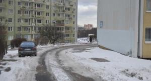 Problemy z wyjazdem dotyczą mieszkańców bloku przy ul. Swarzewskiej 22. Jak mówią mieszkańcy, o wypadek w tym miejscu nietrudno.