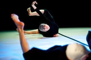Tancerze Sopockiego Teatru Tańca prezentują ruch pozbawiony historii czy fabuły. To dokładny, często synchroniczny taniec oparty na samym działaniu.