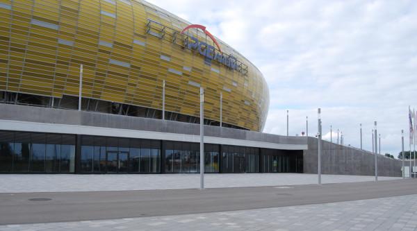 Za szklaną ścianą pod bryłą stadionu ma powstać Centrum Rekracyjno-Sportowe.