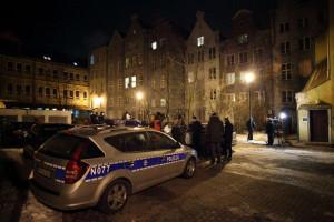 Policjanci i dziennikarze pod domem przy ul. Długiej, w którym doszło do potrójnego morderstwa.