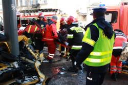 Służby ratownicze musiały wydobyć zakleszczonego we wraku Lamborghini mężczyznę.