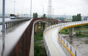 Władze Gdyni są dumne z budowy rowerowej estakady nad torami kolejowymi (po prawej stronie). Rowerzyści uważają, że jest źle zaprojektowanym i drogim bublem, a oni sami powinni móc korzystać z Estakady Kwiatkowskiego (po lewej stronie).