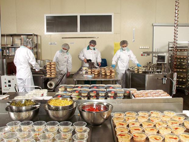 Proryb to jedna z najstarszych spółek przetwórstwa rybnego w Polsce - powstała w 1972 roku. Zatrudnia ok. 200 osób przy produkcji, głównie kobiety.
