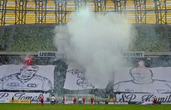 W 20 minucie meczu pojawiły się wielkie flagi z podobiznami kibiców, którzy zginęli w wypadku oraz krzyż owinięty szalikiem Lechii.