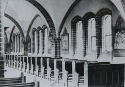 Stacje Drogi Krzyżowej wykonano w formie gipsowych reliefów i umieszczono w bocznych nawach kościoła w 1923 r.