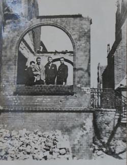 Ks. ppłk. Józef Zator-Przytocki (pierwszy od lewej) w ruinach plebanii.