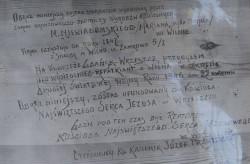 Stary napis odkryty podczas konserwacji obrazu Matki Boskiej.