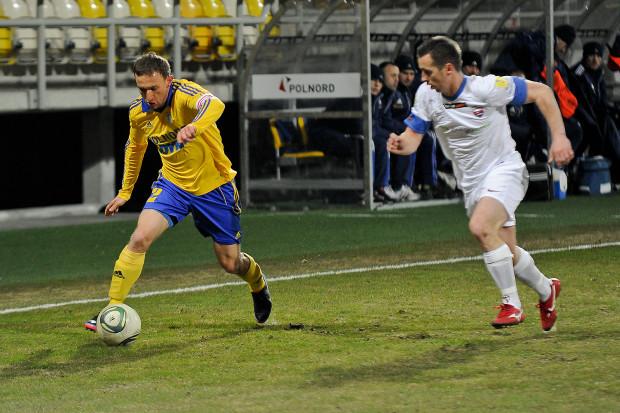 Damian Krajanowski (z piłką) zapowiada, że piłkarze Arki wyżej podnoszą sobie poprzeczkę niż zakładał cel klubu, mówiący o miejscach 5-10 w I lidze.