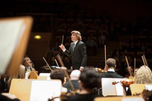 """Sukces """"Tańcującej muzyki"""" jest w dużej mierze zasługą Ernsta van Tiela, który postawił na ambitny, a zarazem przystępny repertuar oraz znakomicie poprowadził orkiestrę Polskiej Filharmonii Bałtyckiej."""