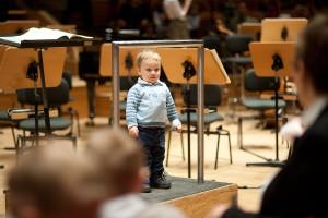Ekscytację zarówno małych, jak i nieco starszych słuchaczy można było zauważyć jeszcze przed rozpoczęciem koncertu. Dzieci z zaciekawieniem przyglądały się rozstawionym pulpitom i wchodziły na miejsce dyrygenta.
