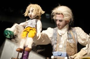 Młody Fahrenheit (pod postacią drewnianej lalki i w planie żywym w wykonaniu Wojciecha Stachury) wcale nie chce słuchać swoich opiekunów i zamiast kształcić się na kupca, garnie się do nauki.