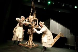 W spektaklu podziwiać można wiele ciekawych lalek przygotowanych przez scenografa Michała Dracza - jedną z nich jest dźwig-liczydło, czyli Kupiec Beumingen, animowany przez kilku aktorów.