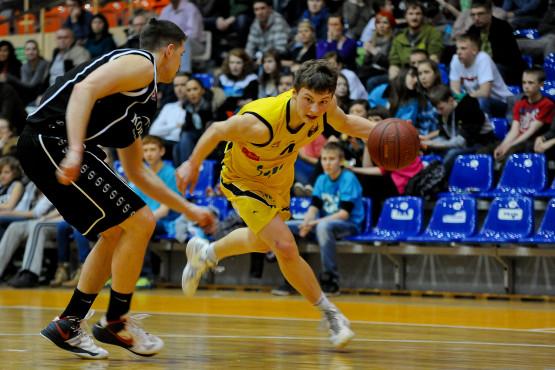 Paweł Dzierżak uzyskanie pełnoletniości uczcił zdobywając w Szczecinie 27 punktów i 9 asysty. Niestety, to nie wystarczyło do pokonania najlepszego zespołu rundy zasadniczej.