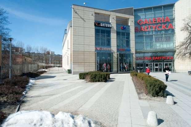 Jeśli dojdzie do rozbudowy Galerii Bałtyckiej, ten chodnik i znajdujący się w tle budynek Hydrobudowy znikną. W tym miejscu stanie nowa część centrum handlowego.