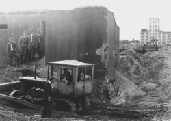 W 1967 roku odbyło się skomplikowane przesunięcie wartowni na specjalnie ułożonych wózkach. Zdjęcie pokazuje odkopywanie z fundamentów.