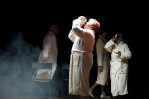 Podczas spektaklu pokazywane są różne zabiegi sanatoryjne.