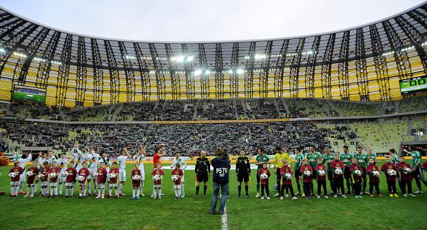 Ekstraklasa SA postanowiła zreformować najwyższy poziom rozgrywek piłkarskich w Polsce w celu zwiększenia ich atrakcyjności dla telewizji i kibiców. Zdaniem dziewięciu klubów, w tym Lechii Gdańsk, zrobiła to jednak wbrew własnemu statutowi.
