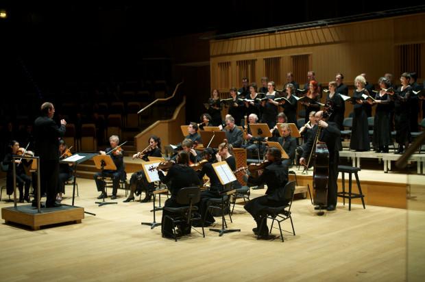Ramy VI edycji Gdańskiego Festiwalu Muzycznego wyznaczyły koncerty z muzyką Jana Sebastiana Bacha. Podczas inauguracji wysłuchaliśmy Pasji wg św. Jana (wersja 1725), a finał uświetniło wykonanie Wielkiej mszy- h-moll.