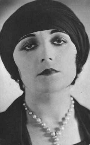 """Pola Negri gra główną bohaterkę filmu """"Mania. Historia pracownicy fabryki papierosów"""", który z orkiestrową muzyką na żywo zostanie wyświetlony w czwartek na Placu Grunwaldzkim w Gdyni."""