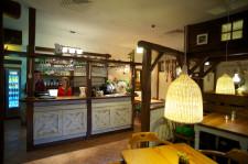 Wnętrze sopockiego Rondla stylizowane jest na rustykalną kuchnię.