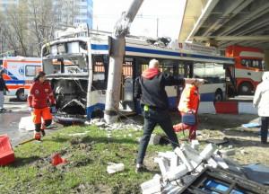 Trolejbus linii 25, w który uderzył rozpędzony TIR.