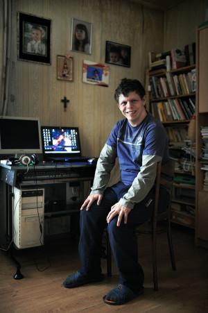 Komputer to Oskara okno na świat. Dzięki nim koresponduje z przyjaciółmi z całej Europy.