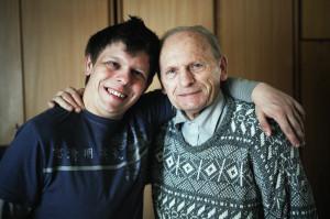 Oskar i jego dziadek Jan, który zaraził Oskara pasją do volkswagenów.