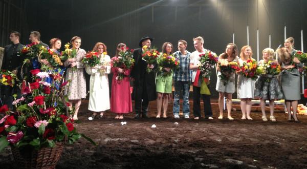 Zasłużone oklaski podczas spektaklu premierowego.
