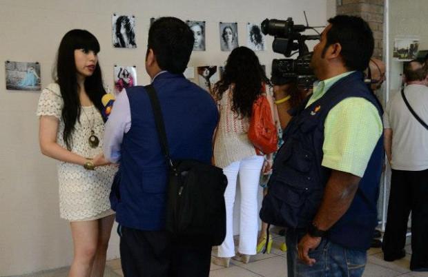 Meksykańska artystka opowiada ekipie telewizyjnej o pracach trójmiejskiego artysty jako o swoich.