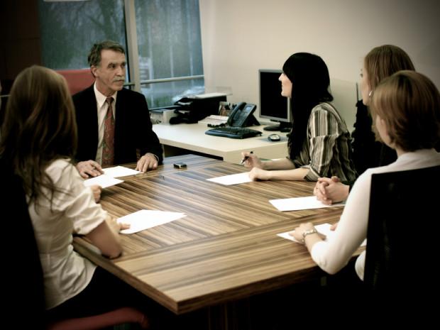 Jeśli chcemy dokonać poświadczenia dziedziczenia u notariusza, w jego kancelarii osobiście stawić muszą się wszyscy spadkobiercy.