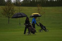 Deszcz grze w golfa nie przeszkadza.