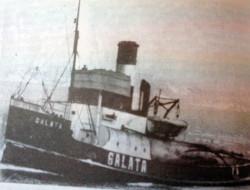 """Polski holownik """"Górnik"""" na zdjęciu jeszcze pod niemiecką  banderą i z nazwą """"Galata"""". Był on wyposażony w silnik parowy, trzycylindrowy, o mocy 580 KM."""