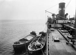 """Lichtugi, czyli barki zaczepiane liną do holownika lub statku, który został załadowany """"do pełna"""", w celu przewiezienia większej ilości towaru."""
