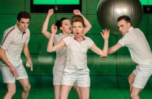 """""""Paw królowej"""" w reż. Pawła Świątka jest jak pojedynek squasha, gdzie aktorzy odbijają kolejne kwestie, a w centrum spektaklu pozostaje język, świetnie """"podsłuchany"""" przez Dorotę Masłowską."""