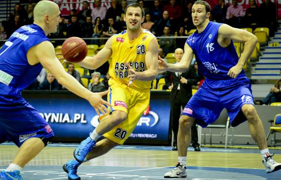 Piotr Szczotka w ćwierćfinale play-off stał się zawodnikiem uniwersalnym. Nominalny niski skrzydłowy musi grać także jako silny skrzydłowy, środkowy i rozgrywający.