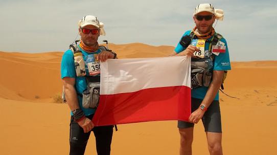 Marek Wikiera (z lewej) ma za sobą jeden z najbardziej ekstremalnych maratonów na świecie. Przebiegnięcie ok. 230 kilometrów po Saharze nie odciągnęło go od tego sportu.