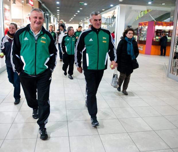 Po objęciu posady pierwszego trenera Lechii Bogusław Kaczmarek pozostawił na stanowisku wszystkich współpracowników byłego szkoleniowca biało-zielonych Pawła Janasa (z prawej). W piątek rozstał się z pierwszym z nich, czyli z Dariuszem Gładysiem (z lewej).