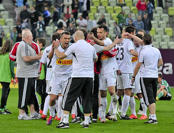 Radość piłkarzy Lechii po ubiegłorocznym zwycięstwie nad Legią 1:0. Na pierwszym planie Łukasz Surma, który w niedzielę powinien odzyskać kapitańską opaskę w gdańskiej drużynie.